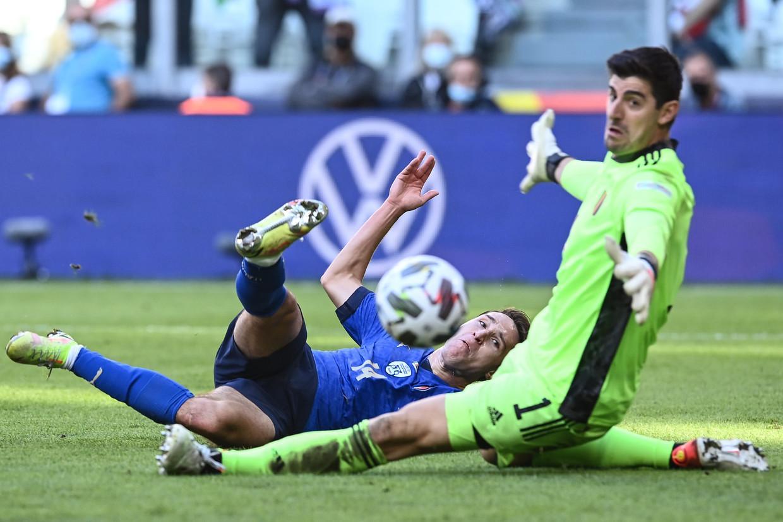 De Italiaanse aanvaller Federico Chiesa krijgt de bal niet voorbij doelman Thibaut Courtois, zondag in de troostfinale van de Nations League. Beeld Photo News