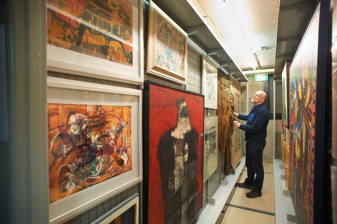 Raymond de Wijs in het depot tussen de kunstwerken die Uden afgelopen decennia heeft verzameld. De gemeente gaat nu een grote opruiming houden.
