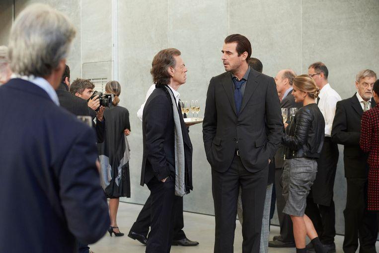 Kunsthandelaar Joseph Cassidy (Mick Jagger) in gesprek met criticus James Figueras (Claes Bang). Beeld Joseharo