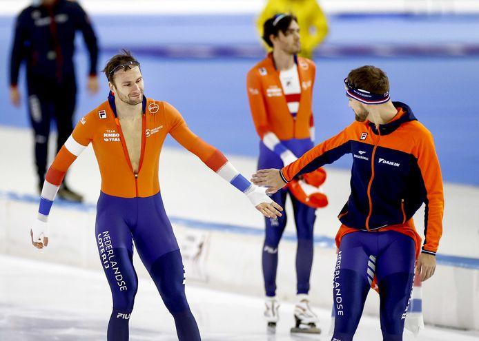 Thomas Krol ontvangt de felicitaties van Kjeld Nuis. Patrick Roest, op de achtergrond, werd derde.