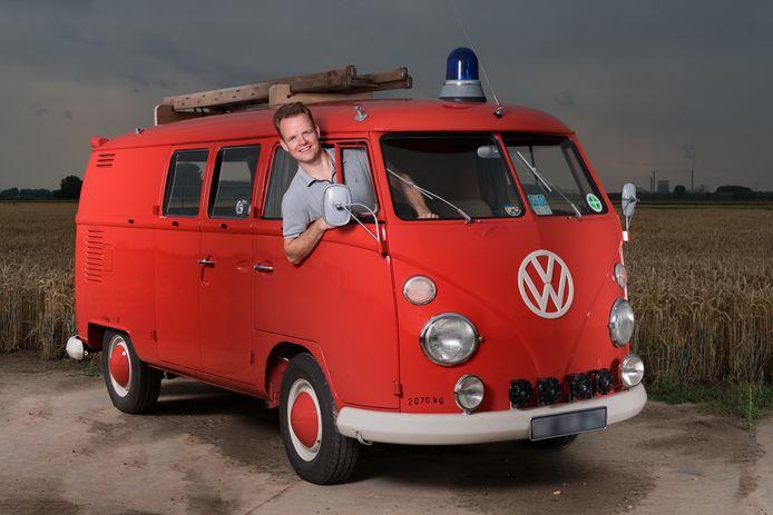 Gilbert de Heus met zijn Volkswagen brandweerwagen.