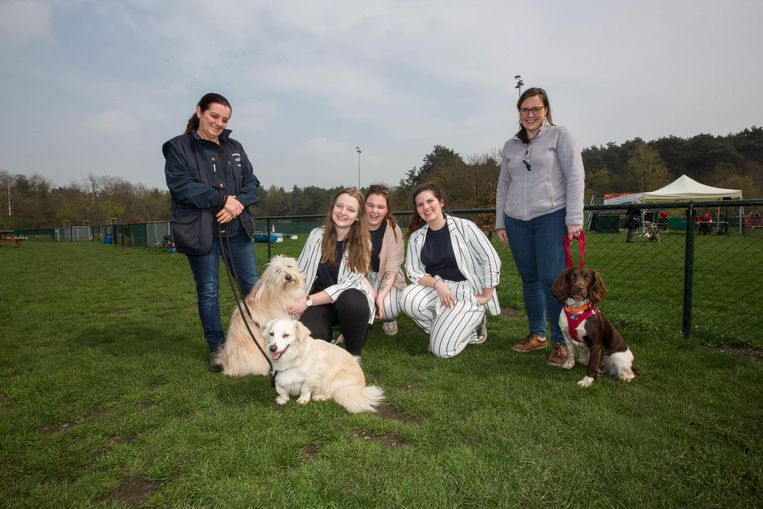 De 3 studenten die het organiseerden (zittend, vlnr) Nine, Truus en Emma. Samen met enkele honden van de hondenclub en hun baasjes Valerie (rechts) en Suzy.