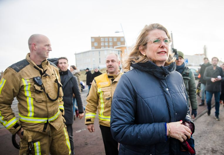 De Haagse burgemeester Pauline Krikke neemt op nieuwjaarsdag in Scheveningen een kijkje in het gebied waar de schade is ontstaan door de door lucht vliegende vonken van het grote vreugdevuur op het strand bij Scheveningen. Beeld ANP