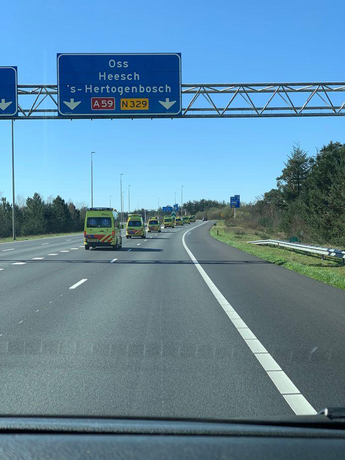 Een colonne van ambulances vanuit het hoge noorden op weg naar ziekenhuizen in Brabant. De foto is gemaakt door een medewerker van een Fries ambulancebedrijf.