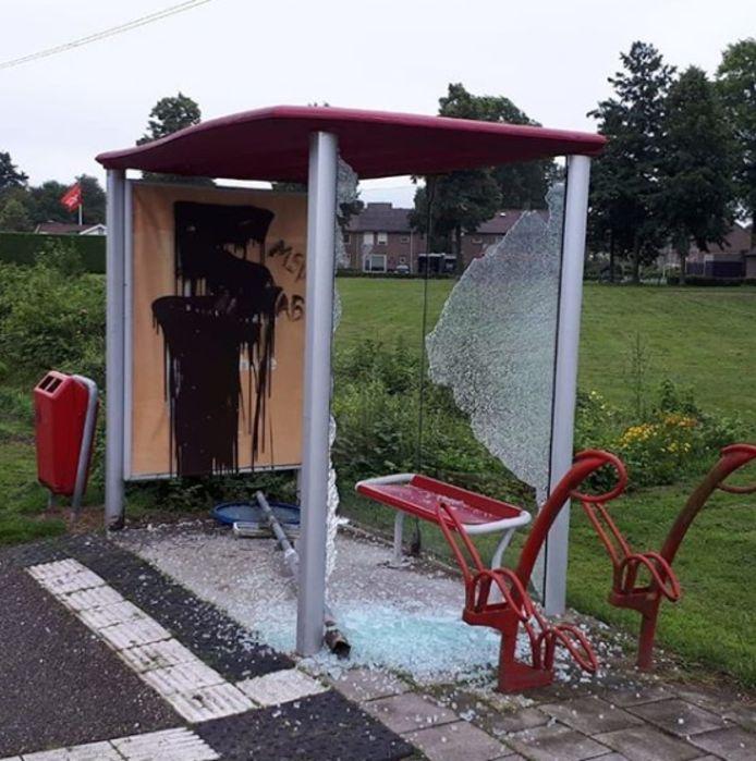 Het vernielde bushokje aan de Kempenweg.
