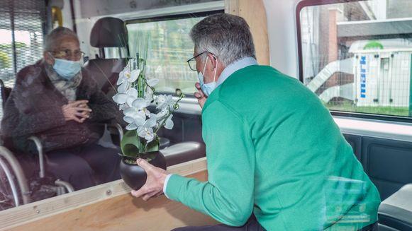 Een bewoner in een woonzorgcentrum van Zorg Kortrijk bezoeken kan nog niet. Buiten kan het wel, in een busje of in een tent.