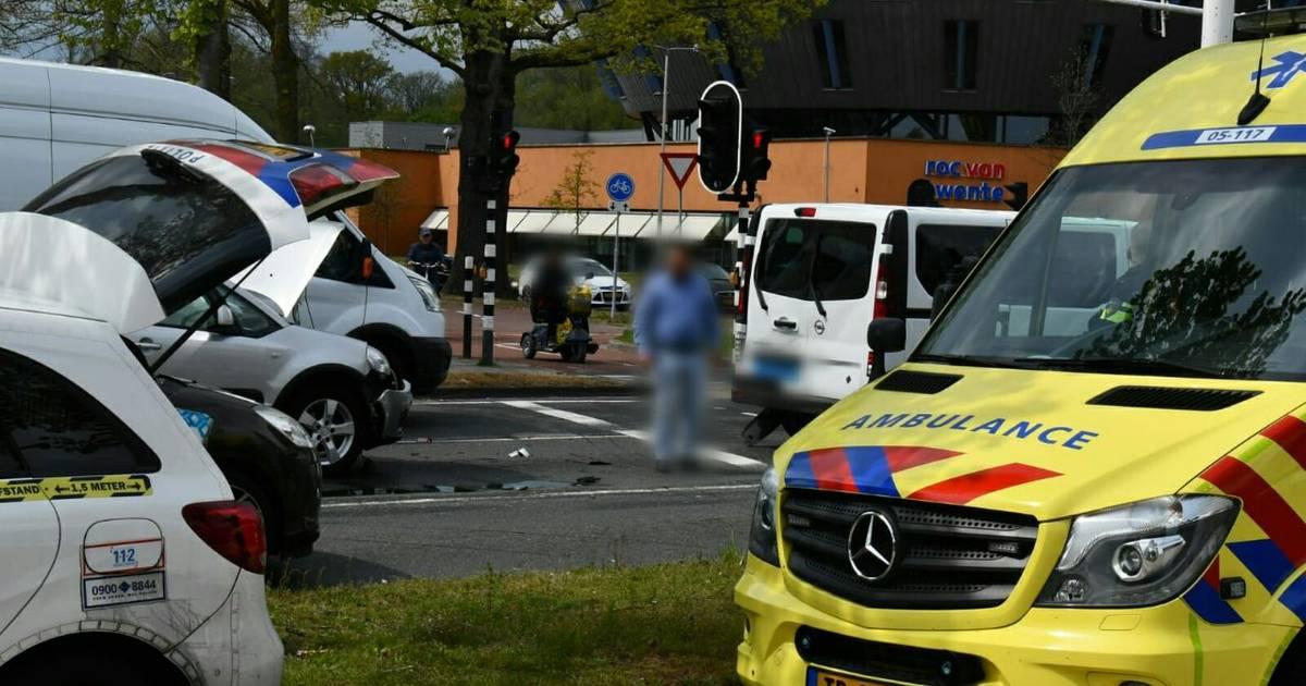 Aanrijding op Zuiderval in Enschede, bestuurder mogelijk onwel geworden.