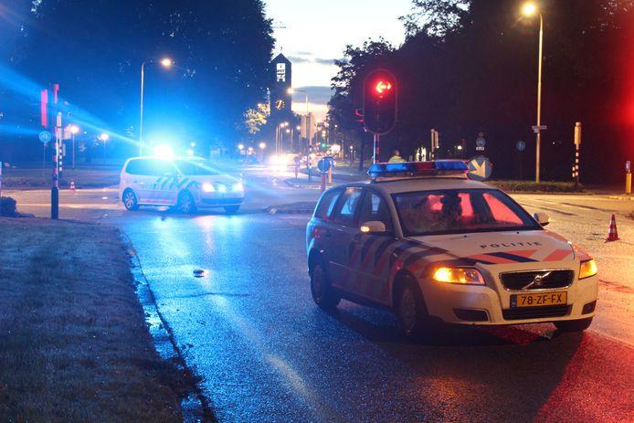 Er is een voetganger aangereden in Emmeloord vanmorgen door een politieauto. Deze politiewagens zetten de kruising af.