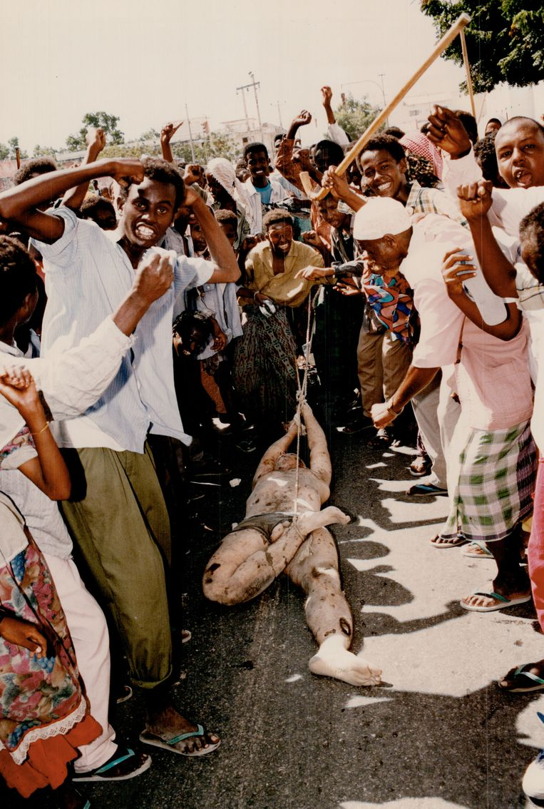 Juichende aanhangers van de Somalische krijgsheer Aideed slepen in 1993 een dode Amerikaanse soldaat door de straten van Mogadishu. De beelden leiden tot een kentering in de Amerikaanse publieke opinie en beëindiging van de interventie in Somalië. Beeld Getty