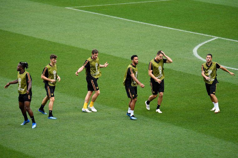 Opwarming bij de Belgen, met Batshuayi, Meunier, Vertonghen, Dembélé, Dendoncker en Eden Hazard. Kompany was er niet bij, hij trainde individueel. Beeld Photo News