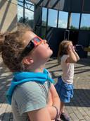 Enkele leerlingen van de lagere school De Tuimelaar volgden het spektakel aan de Cosmodrome.