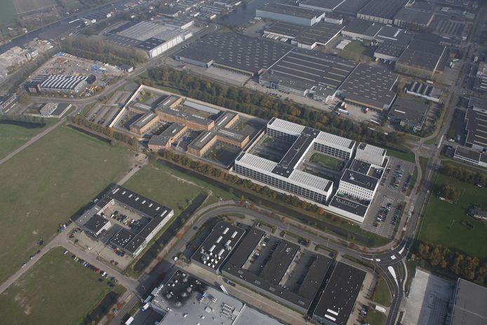 De Alphense gevangenis vanuit de lucht. Rechts (wit gebouw) de vestiging Eikenlaan, links daarvan de afdelingen aan de Maatschapslaan.