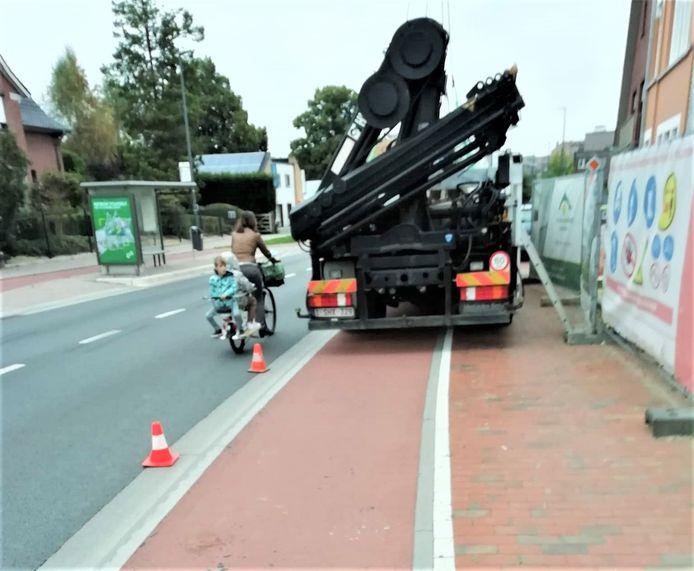 Op weg naar school in Broeke op 1 september: bouwwerven maken het fietsers moeilijk.