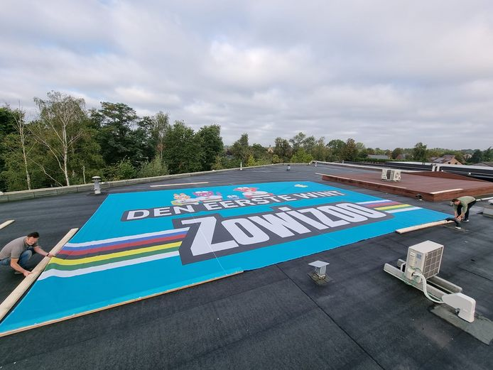 De banner van 10 op 15 meter op het dak van Zowizoo.