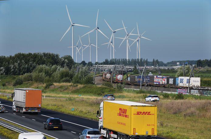 Windturbines langs de A15 tussen Tiel en Geldermalsen. De hele vervoerscorridor A15/Betuweroute is aangewezen als logische locatie voor windenergie.
