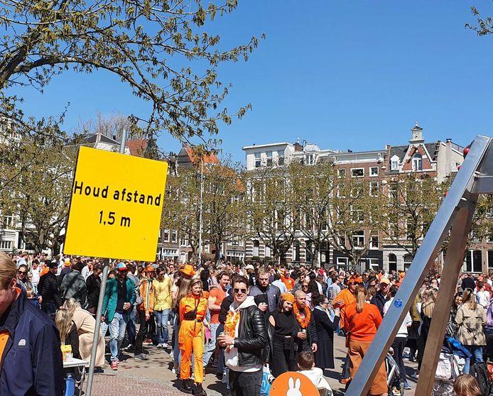 Op het Amstelveld in Amsterdam is het lastig om 1,5 meter afstand te houden.