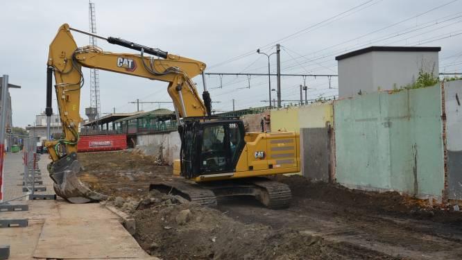 Oude bijgebouwen van station afgebroken om plaats te maken voor vernieuwing