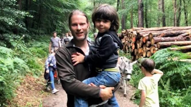 'Verdachte' man in houthakkershemd blijkt geen ontvoerder maar vader die met 5-jarig zoontje wandelt: 'Theim wilde geen schoenen aan in het bos'