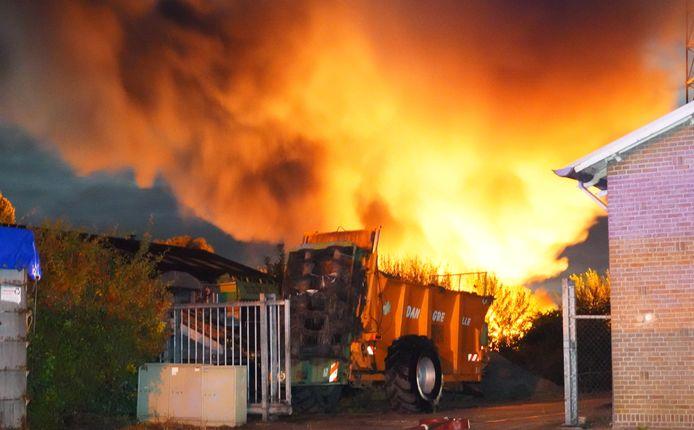 Meerdere auto's gaan in vlammen op bij een grote brand in De Krim.