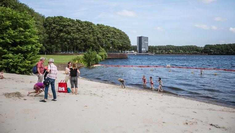 Het strand aan de Sloterplas is al groter gemaakt; het water geldt als officiële veilige zwemplek. Beeld Eva Plevier