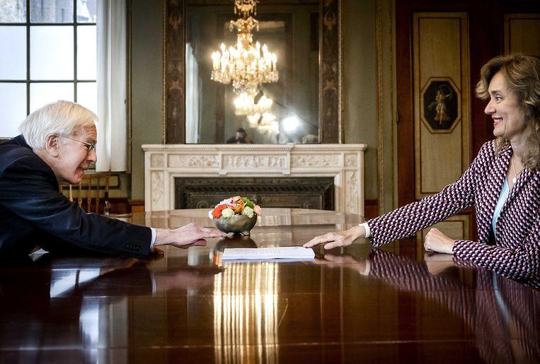 Informateur Herman Tjeenk Willink overhandigt zijn eindverslag aan Tweede Kamervoorzitter Vera Bergkamp. Beeld ANP
