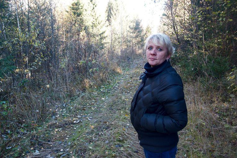 Fotografe Claudia Heinermann in de bossen bij Kaunas, Litouwen, waar tot in de jaren vijftig Wolfskinderen rondzwierven. Beeld null