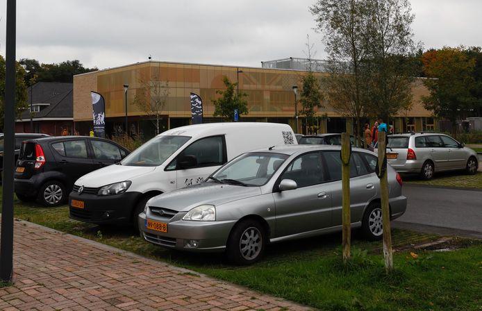 De Internationale School in Eindhoven vanaf de parkeerplaats.
