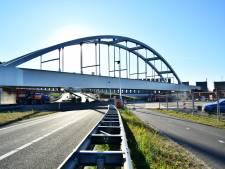 Hij staat er! De tweede brug van het Theemswegtracé is eindelijk op zijn plek