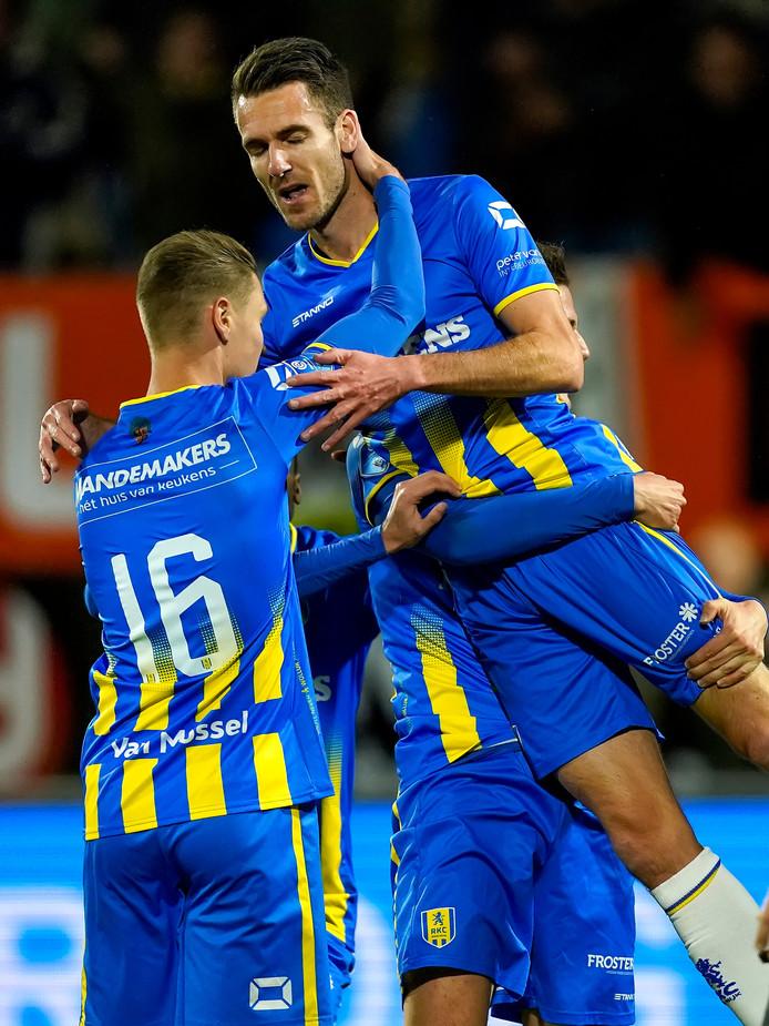 Kevin Vermeulen viert de 2-0 tegen Heracles met Ingo van Weert (16).