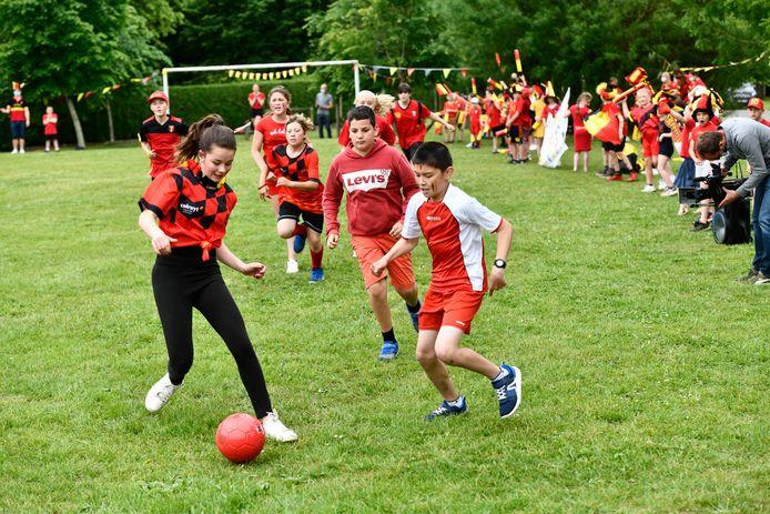 Bij basisschool W'IJzer namen de leerlingen het tegen elkaar op in een voetbalmatch.