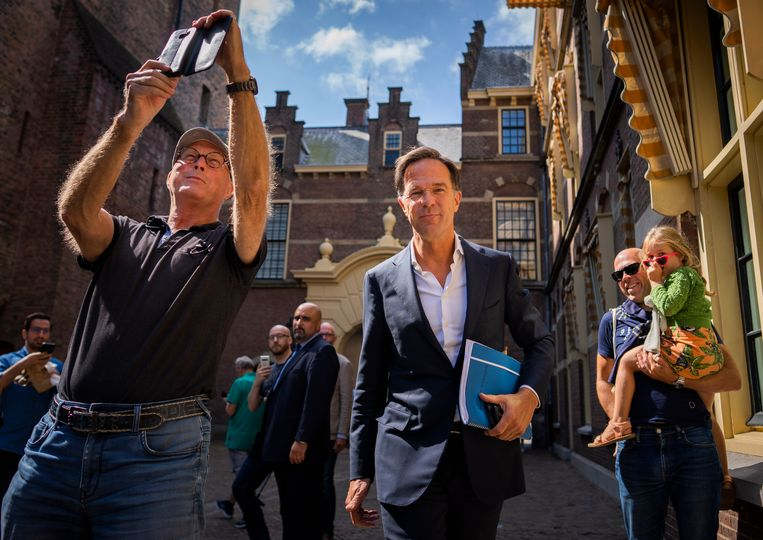 VVD-leider Mark Rutte komt terug van een gesprek met informateur Mariëtte Hamer. Beeld Freek van den Bergh / de Volkskrant