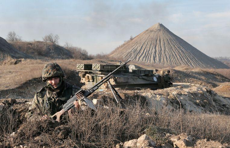 Een Oekraïense soldaat in Kurahovo, in de Donetsk-regio. Beeld AP