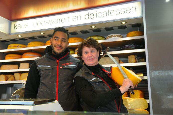 Shannon Braafhart en Crista van Pel zouden graag ook op woensdag met hun kaas- en delicatessenkraam op een versmarkt in Vlissingen staan.