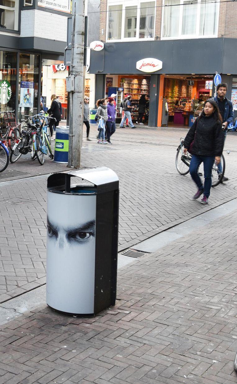 Een vuilnisbak met ogen in de Leidsebuurt Beeld -