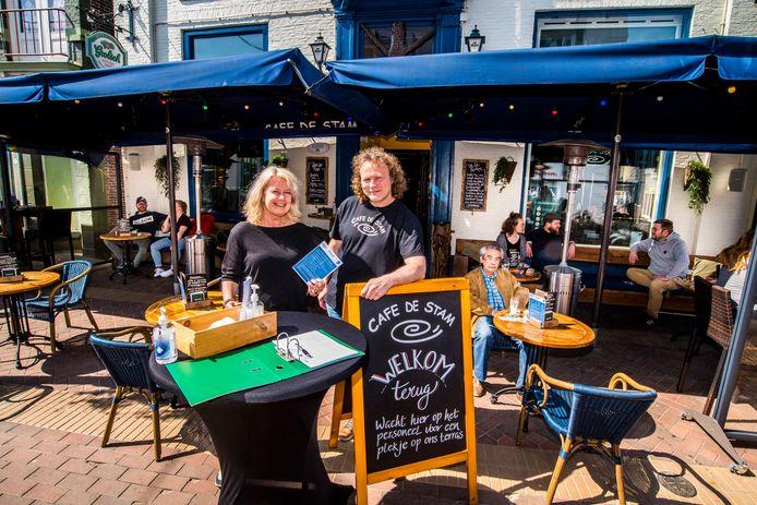 Het terras van café De Stam in Almelo zijn weer open. Links: Liset Heukels, rechts: Toon Eppink.
