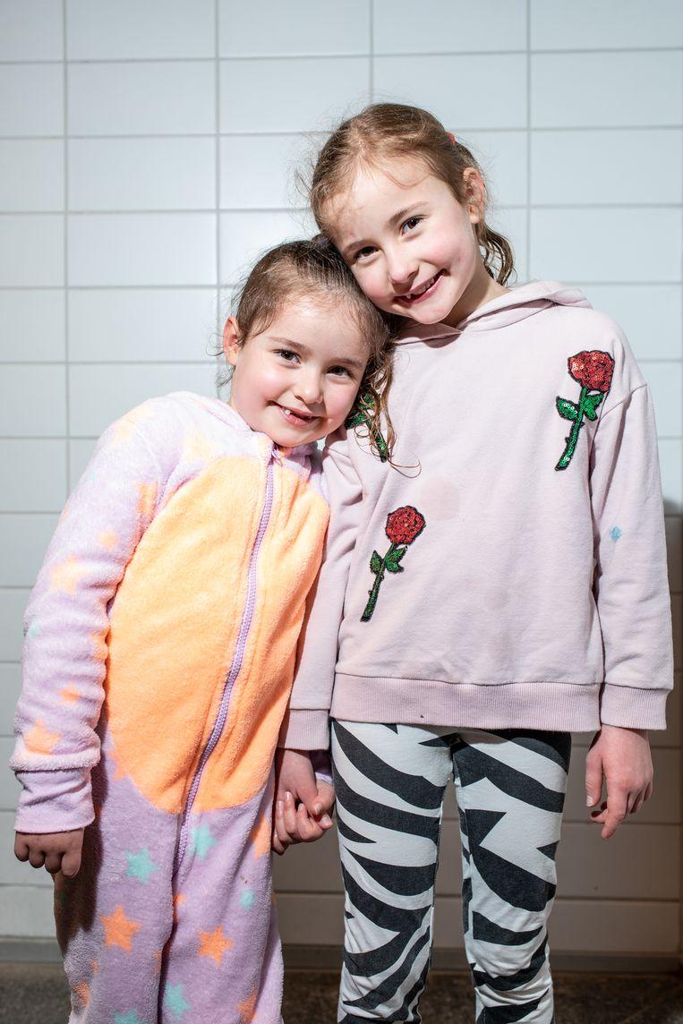 Lina en Sofia vonden het 'totaal niet eng' om weer in het zwembad te springen. Beeld Nosh Neneh
