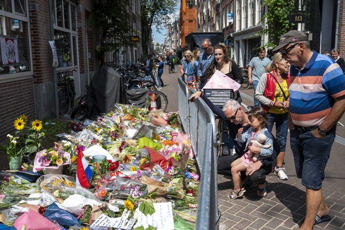 Bloemen, kaarsjes en steunbetuigingen voor Peter R. de Vries in de Lange Leidsedwarsstraat in het centrum van Amsterdam. De misdaadverslaggever overleefde een aanslag op zijn leven niet. ANP EVERT ELZINGA