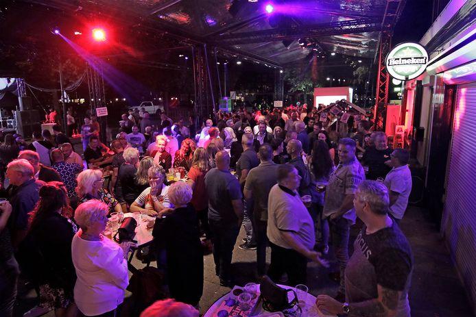 Vorig jaar werden er ook al feesten georganiseerd bij het café. BD OSS foto: Peter van Huijkelom
