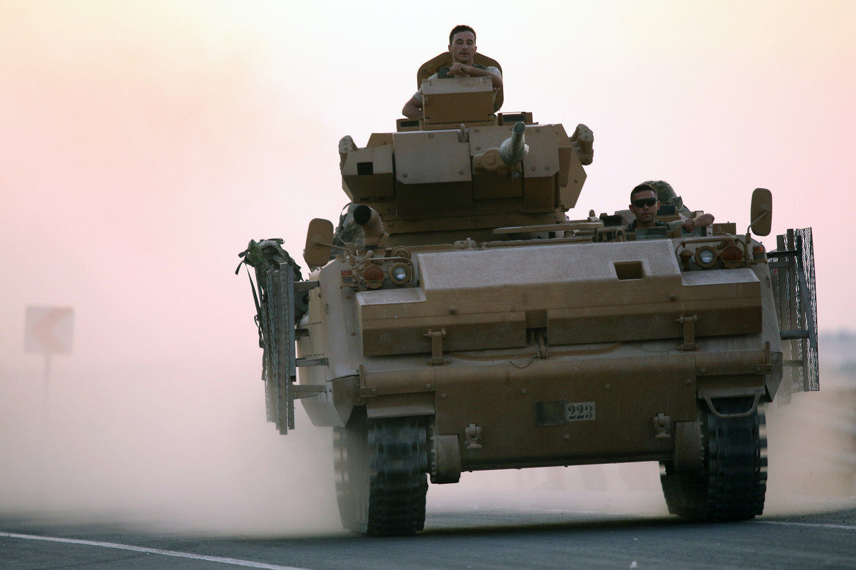 Turkse soldaten in een pantservoertuig tijdens de start van de aanval. Beeld EPA