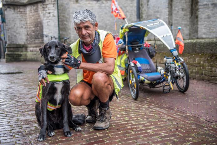 Milieuactivist Martin Hutchinson en zijn hond Starsky, oftewel Starsky en Hutch,  reizen de wereld over.  Donderdag waren ze in Hulst.