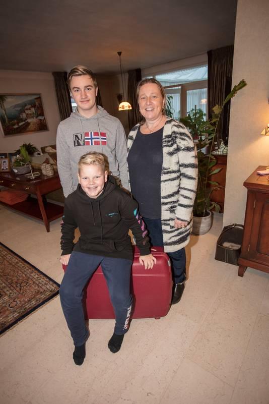 Marjolein van Dam uit Eindhoven en de kinderen Constantijn en Quirijn (zittend).