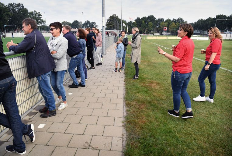 Bij voetbalvereniging RKSV Boxtel wijzen gastvrouwen de supporters langs de lijn erop genoeg afstand te houden. Beeld Marcel van den Bergh / de Volkskrant