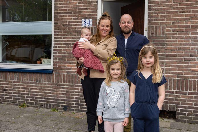 Baby Fie met haar ouders Erik en Rachel Verboom en zusjes Jet (rechts) en Sam.