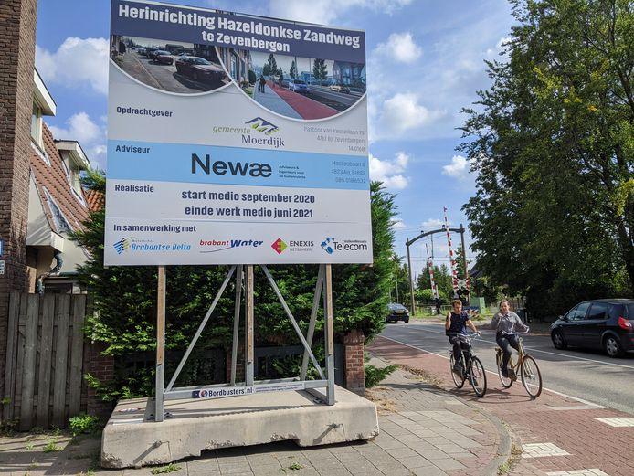 Sinds een week staat er in Zevenbergen een informatiebord op de hoek van de Burgemeester Vogelstraat en de Prins Hendrikstraat, die voorbij het spoor Hazeldonkse Zandweg heet.