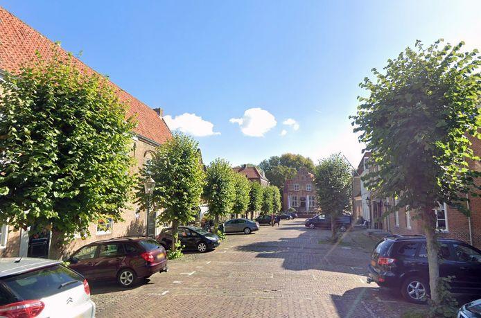 De Hoogstraat in Woudrichem. Hier krijgen bomen extra voeding in de strijd tegen luizen.