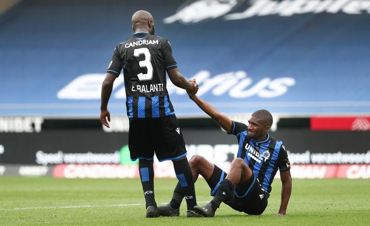 Eder Balanta van Club helpt zijn ploegmaat Clinton Mata overeind na het verlies tegen Charleroi. Beeld BELGA