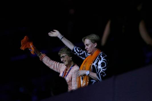 Prinses Margriet (links) zwaait naar de Nederlandse delegatie.