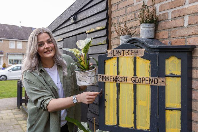 Plantenbibliotheek bij Michelle Jansen in de tuin. Ze wil anderen gelukkig maken met mooie planten. De liefde voor de plant heeft zij vooral gevonden toen corona het land in kwam.