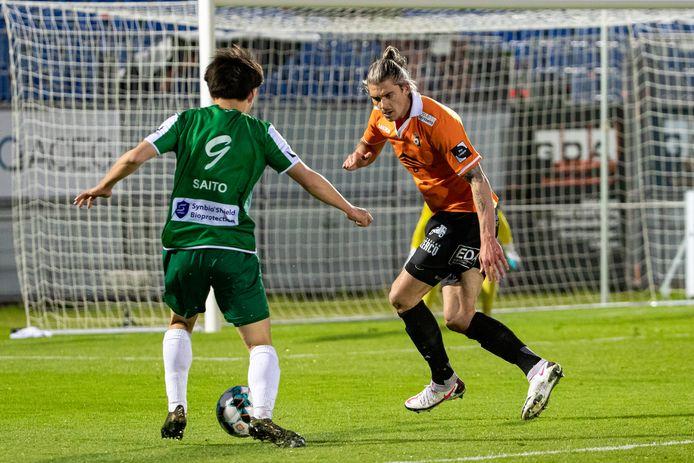 De Deinse centrale verdediger Seth De Witte (rechts) heeft de bal aan de voeten van Koki Saito heel goed in de gaten.