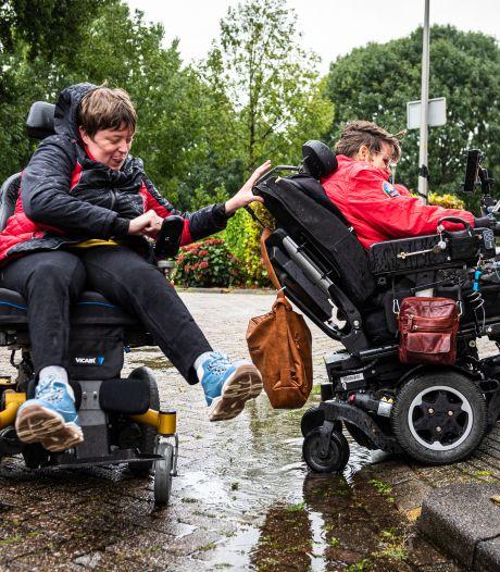 Onbegaanbare stoepen én 's nachts rillen van de kou: gehandicapte Joke en Erika klaar met alle ellende
